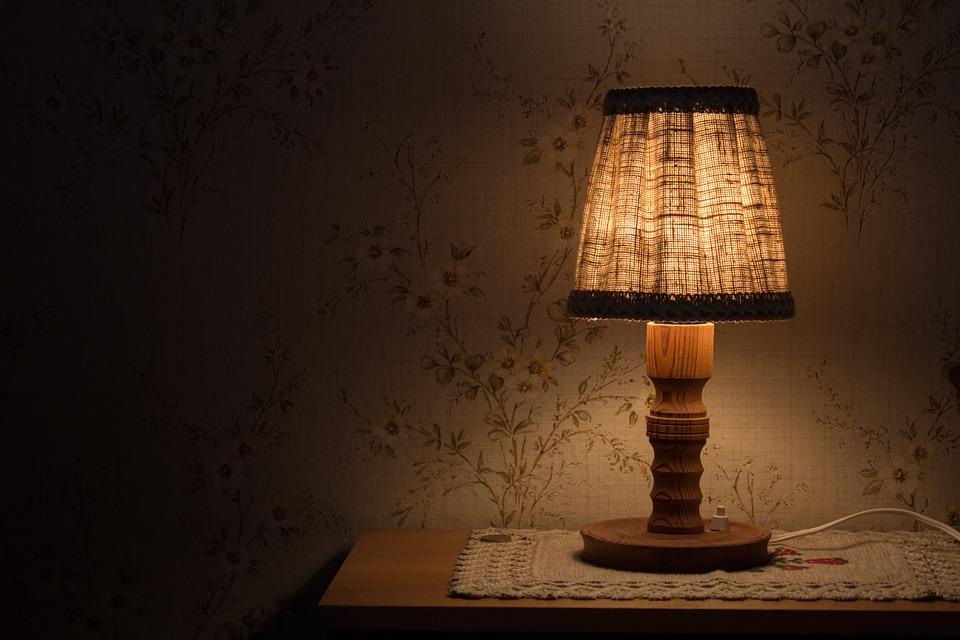 Apportez du charme à votre maison avec des lampes à poser en bois