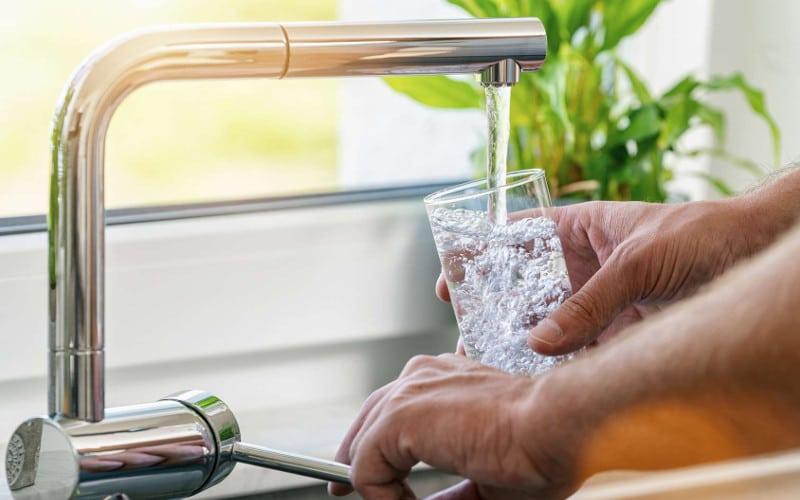 Filtrer l'eau du robinet avec une carafe filtrante